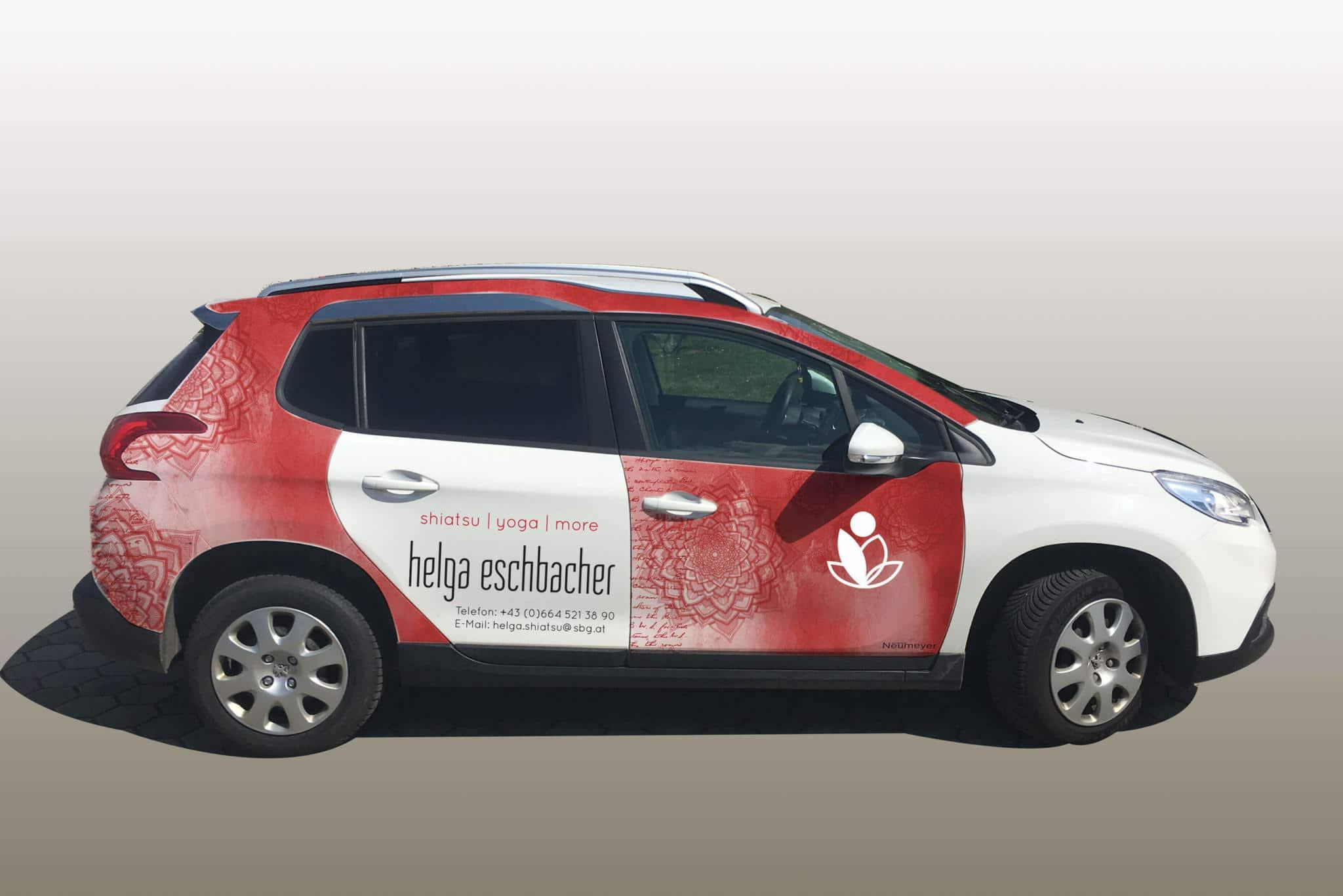 Autoeschriftung_rot_weiß_mit_Logo_Corporate_Design_von_Helga_Eschbacher