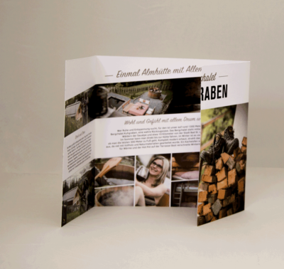 Fenster/Altarpfalz_Folder_Bergchalet_Kuhgraben_Stilverliebt_Werbeagentur_Marketingagentur